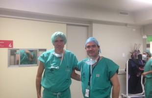 El Dr. Ribera con el Dr. Claudio Mella, una de las figuras mundiales en artroscopia de cadera, en la clínica alemana de santiago de chile.