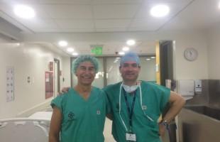 El Dr. Ribera con el Dr. Piriz en la clínica alemana de santiago de chile.